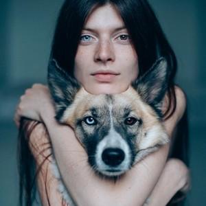womandog-hug-sqr500